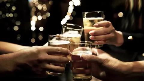 男子饮酒过度身亡,他们被判赔几十万