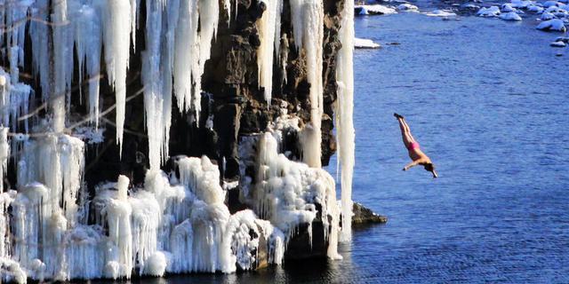 镜泊湖冰瀑旁的跳水人