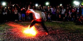 赤脚踏火的神奇表演