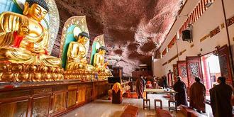 修在天然洞穴之中的悬空寺