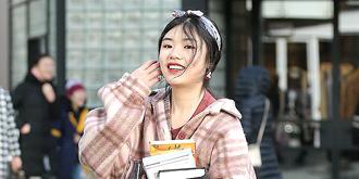 笑容甜美的学生妹