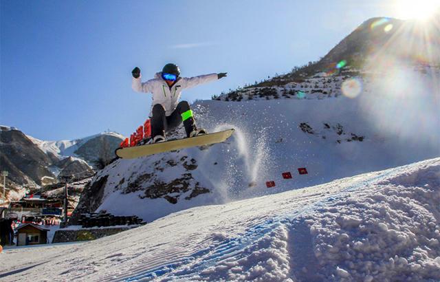 又至雪季,体验滑雪飞一般的感觉