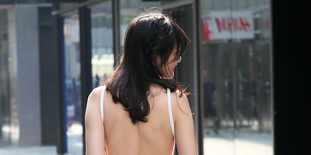 美背白皙无暇的露背装美女