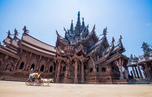 泰国真理寺,一座私人订制的木雕艺术圣殿