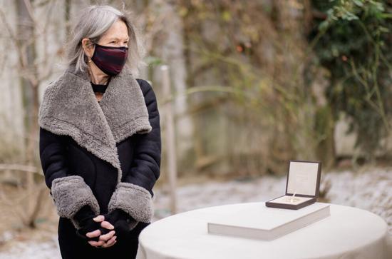 2020年诺奖获得者露易丝·格丽克在家中花园领取奖章证书(来源:诺奖官网 摄影:Daniel Ebersole)