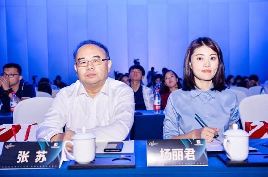 (左)北京市广播电视局党组成员、副局长张苏;(右)华语国际编剧节组委会秘书长、项目创始人、名赫集团副总裁杨丽君