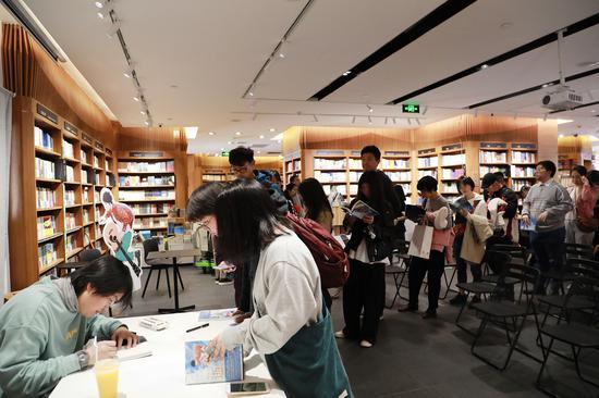 尹川给读者签绘