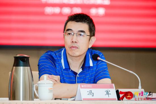 中国新闻出版传媒集团副总经理冯军主持研讨会