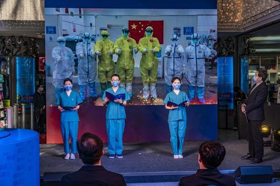 濮存昕、参与驰援武汉的北京同仁医院医护代表带来的朗诵表演《战疫天使 守护八方》