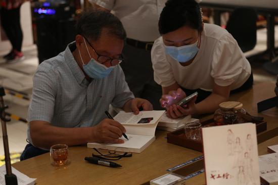 刘庆邦为读者签名