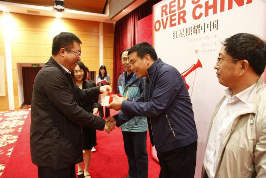 人民文学出版社社长臧永清向来自北京、河北的七所初中赠送《红星照耀中国》