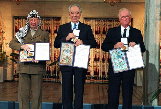 1994年,和总理伊扎克·拉宾和巴勒斯坦权利机构主席亚西尔·阿拉法特共同领取诺贝尔和平奖。(萨阿尔·雅科夫摄,政府新闻办公室提供)