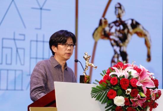 """陈东东摘得第17届华语文学传媒盛典""""年度诗人""""桂冠  摄影:陈辉"""