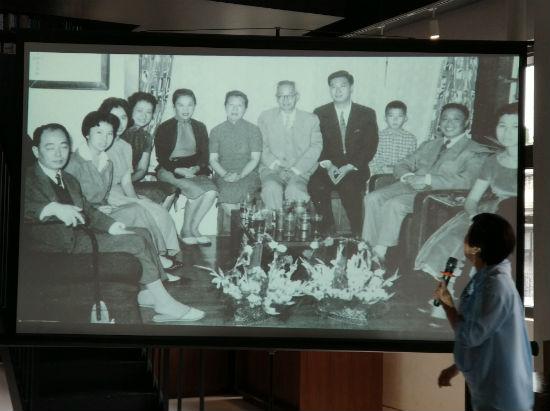 三毛(左二)家庭聚会的照片