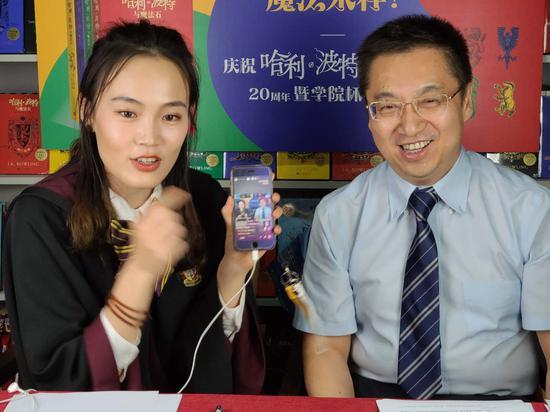 中国出版传媒股份有限公司董事、总经理李岩为哈迷抽奖
