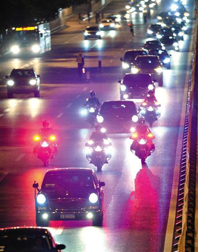 2014年10月21日,摩托车护卫国宾车队经过北京复兴门外大街。新华社记者 陈晔华 摄