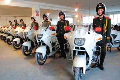 """2003年底,护卫队员列队告别心爱的坐骑""""宝马""""摩托车。资料图片"""