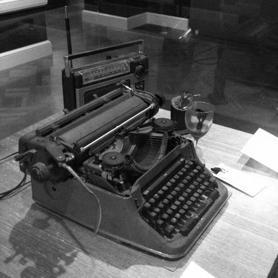 布考斯基心爱的收音机、打字机、酒杯