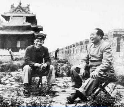 1954年毛泽东主席视察故宫时在城墙上休息