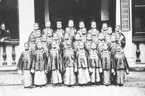 1872年,首批30名赴美留学幼童在上海轮船招商总局合影。