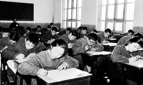 1977年12月,全国570万名考生参加了当年的高考。图为当年在北京参加高等学校入学考试的青年正在认真答卷。长沙晚报 图