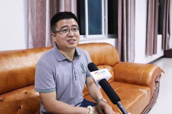 北京作家协会成员董江波接受千龙网记者采访