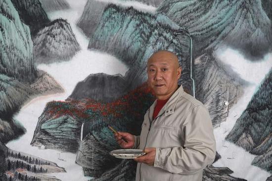 2017年春,由湖南美术出版社出版的《马啸天画集》,悄然面世。画集共收录了马啸天先生从十七岁至今的人物、山水、花鸟习作共计109幅。据悉,马啸天先生个人作品巡展《再证六法》正在紧锣密鼓的筹备之中,将于年底前后与公众见面。   《马啸天画集》所收入的作品,呈现了中国传统绘画技法上的画稿、工笔、写意、泼彩、泼墨等多种风格;突出了中国绘画历史中的谢赫六法在今天仍可作为法宝传承的理念;具有较高的观赏性和阅读性。画集已进入到中国书店、荣宝斋书店的系统进行销售。   马啸天先生是北京土著,16岁就读于北京电