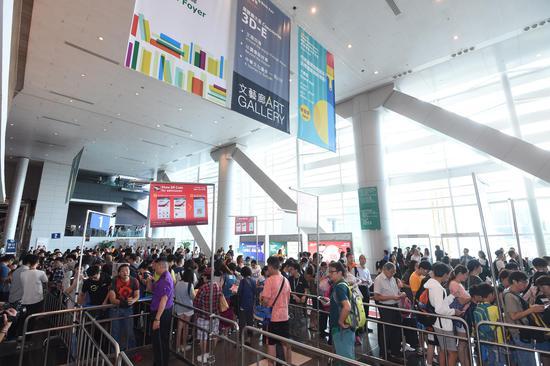 大批读者一早到香港会议展览中心等候香港书展开幕,希望第一时间选购心仪书籍。