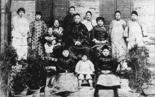 康有为全家照,1921年摄于上海愚园路游存庐