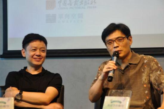 在诗人蒋一谈(右)看来――将来能否成为诗人并不重要,心里有诗心才是最真实、最值得珍惜的。