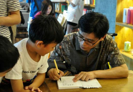 蒋一谈给小读者签名