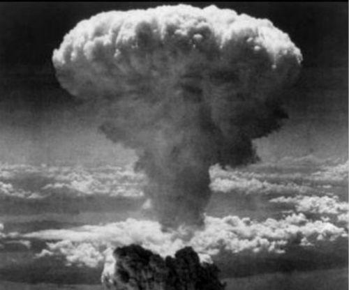 在广岛投下的原子弹爆炸时的蘑菇云