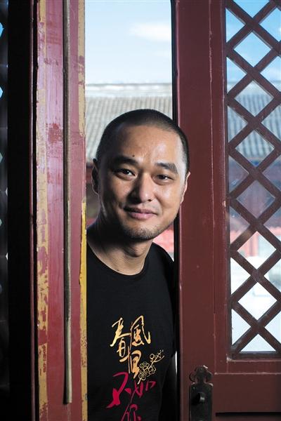 冯唐,1971年生于北京,诗人、作家、古器物爱好者。1998年获协和医科大学临床医学博士,2000年获美国埃默里大学MBA学位,前麦肯锡公司全球合伙人,华润医疗集团创始CEO。现从事医疗投资,业余写作。代表作《十八岁给我一个姑娘》《万物生长》《北京,北京》《活着活着就老了》等。 新京报记者 侯少卿 摄