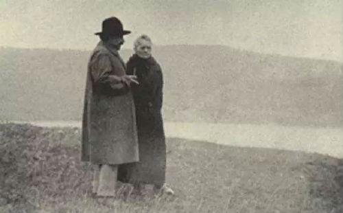 1913 年 7 月, 居里夫人和爱因斯坦一家在阿尔卑斯山徒步旅行了两个星期,孩子们走在前面玩耍,居里夫人和爱因斯坦慢慢跟在后面,讨论物理问题。这张照片,被很多人称为物理学界最动人的照片之一