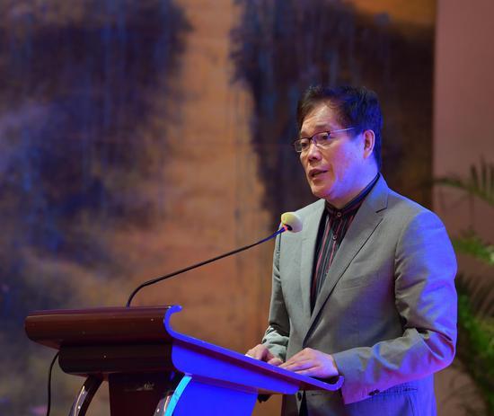 中国散文学会副会长,上海作家协会副主席赵丽宏