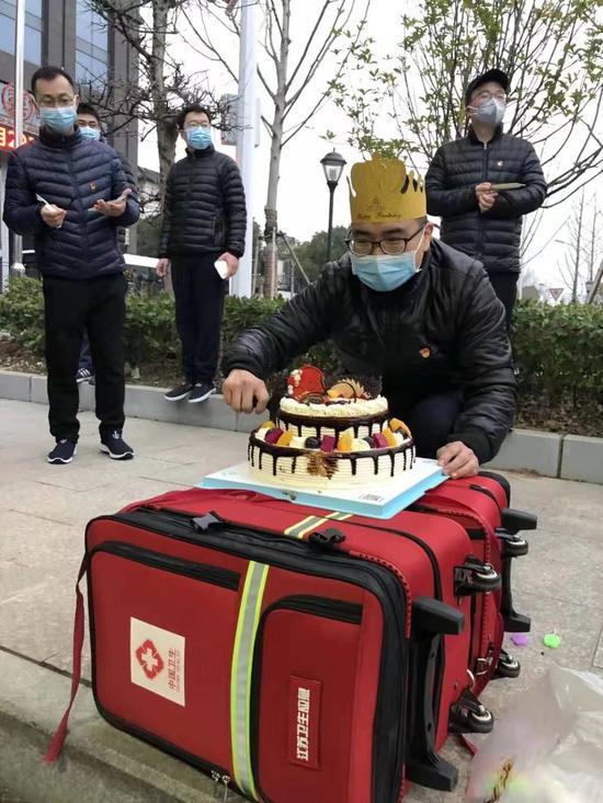江苏省援鄂医疗队队员检验科技师陈欢欢准备切生日蛋糕