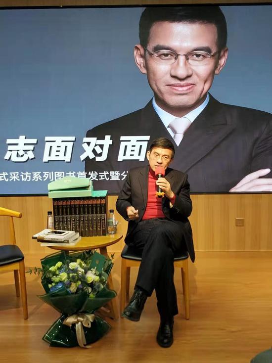 """王志表示,自媒体时代,人人都可能、可以做为一个""""采访者"""""""