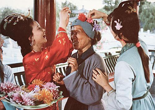"""鸳鸯想让刘姥姥扮演""""女清客""""(电视剧《红楼梦》剧照)"""