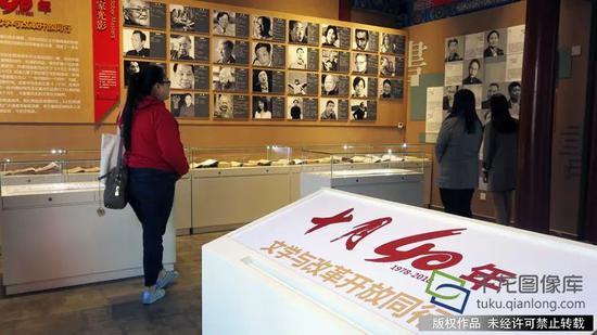 10月8日,第三届北京十月文学月在十月文学院启幕,文学院推出展览《十月40年:文学与改革开放同行》。图为展览现场。