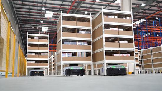 存储区主要由7台载重可达600Kg的AGV(自动导引运输车)进行工作