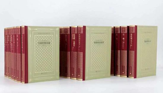 """名人所读的名著主要来自人民文学出版社""""外国文学名著丛书""""(被读者亲切地称为""""网格本"""")"""