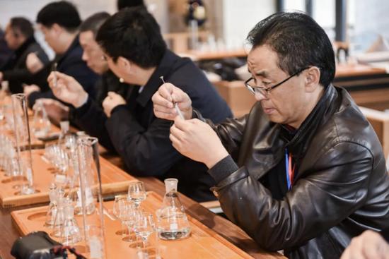 △在金樽堡体验郎酒酱香型白酒勾调