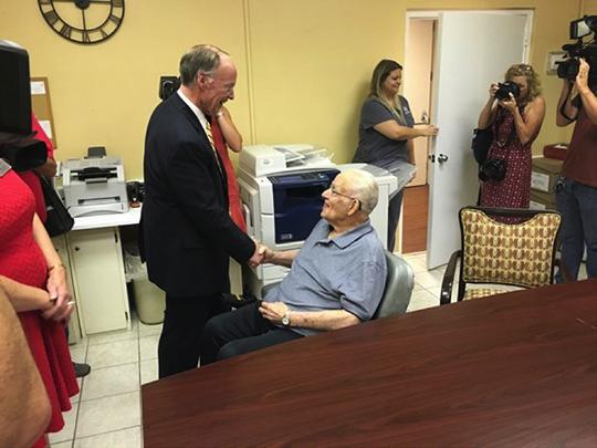 8月8日上午,阿拉巴马州州长罗伯特·本特利专程参观慰问蒙哥马利疗养院和皇冠康复中心