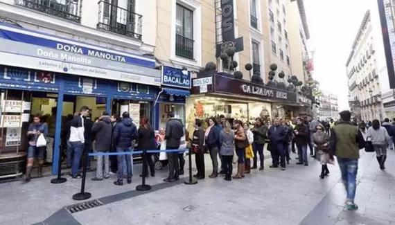圣诞节前彩站排起长队,人人争着要买彩票