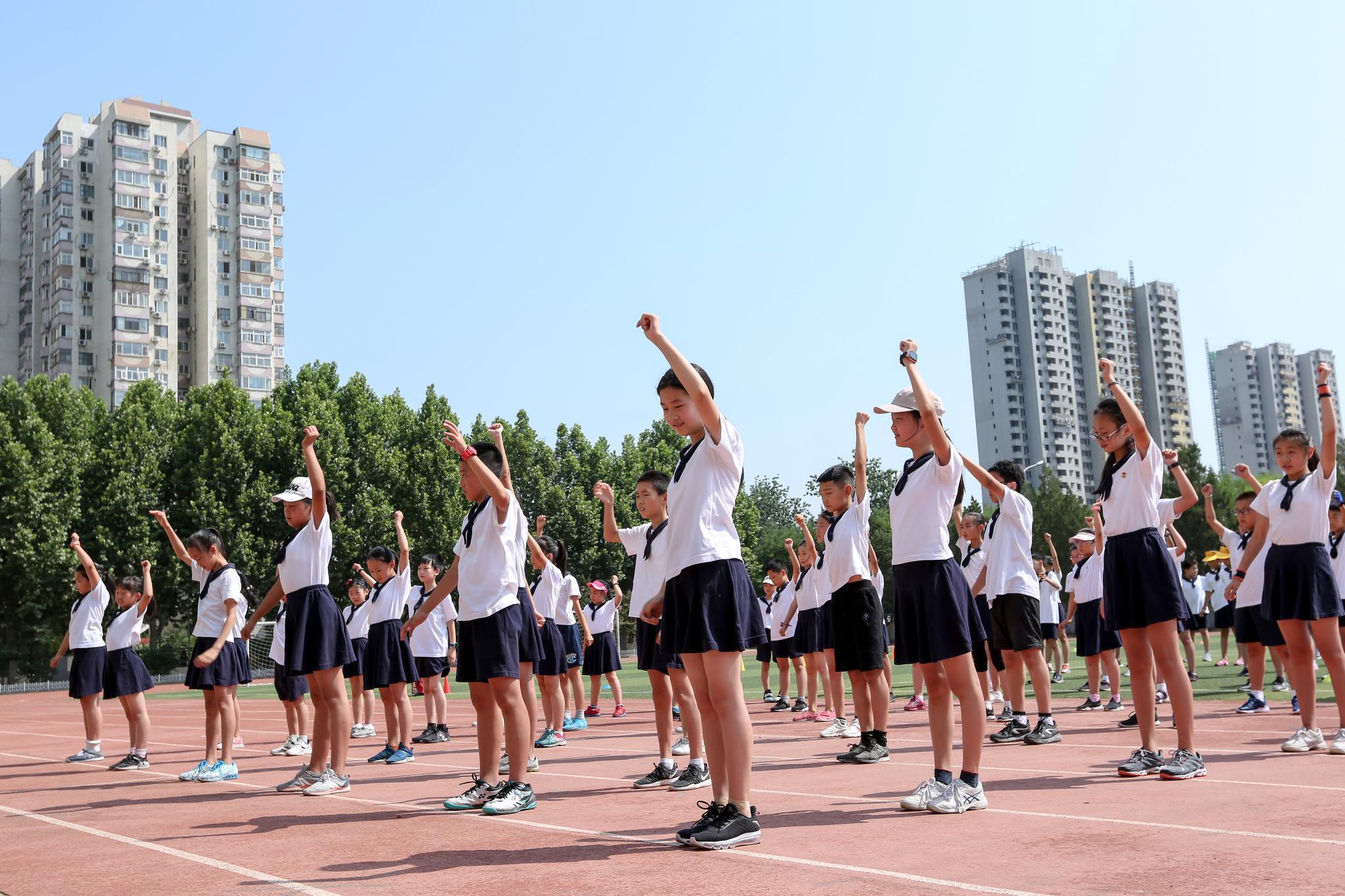 中国人寿中网球童暨中网小画家选拔走进育新学校