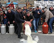 希腊农民堵路倒牛奶 抗议提高农业税