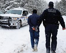 穆斯林难民冰雪中逃离美国直奔加拿大