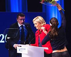 法国总统候选人勒庞遭Femen成员冲击