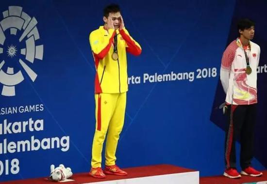 孙杨和季新杰身穿不同品牌的服饰