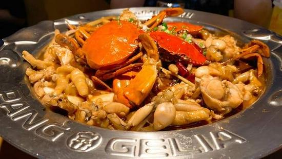 胖哥俩肉蟹煲被曝用死螃蟹、烂土豆,缺斤少两成惯例,网友怒了